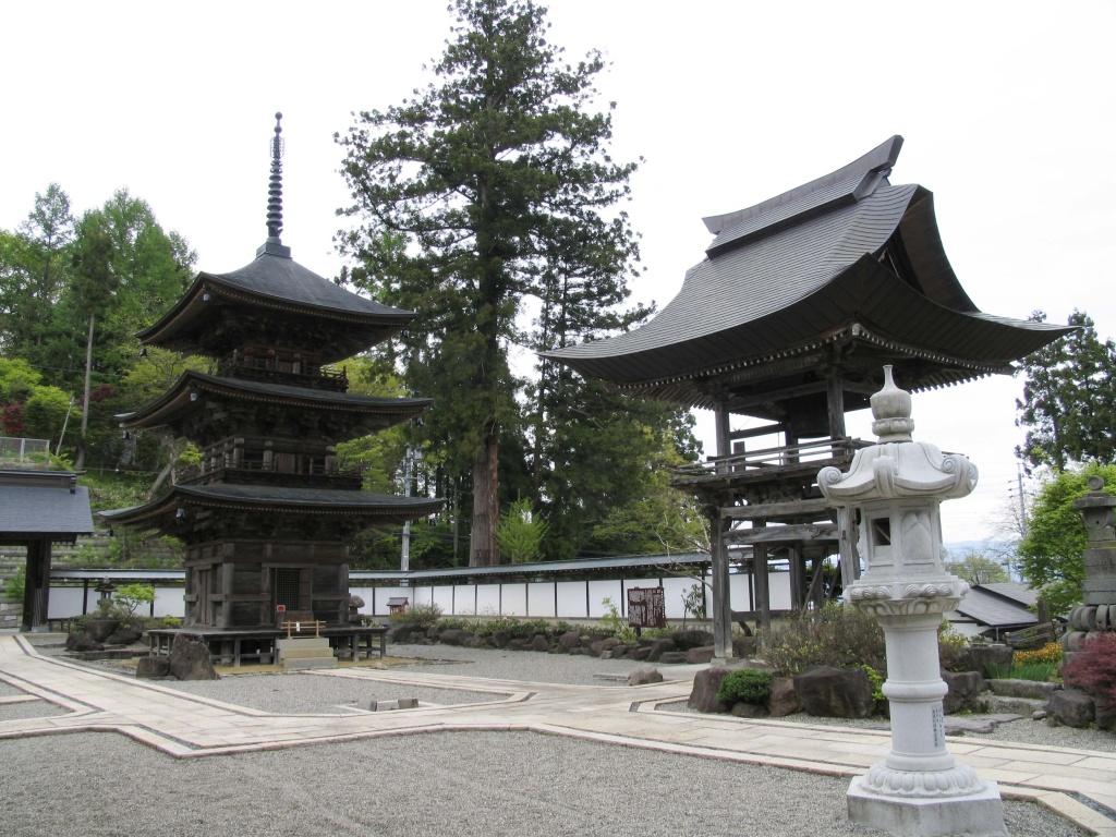 長野県小川村の高山寺木造三重塔