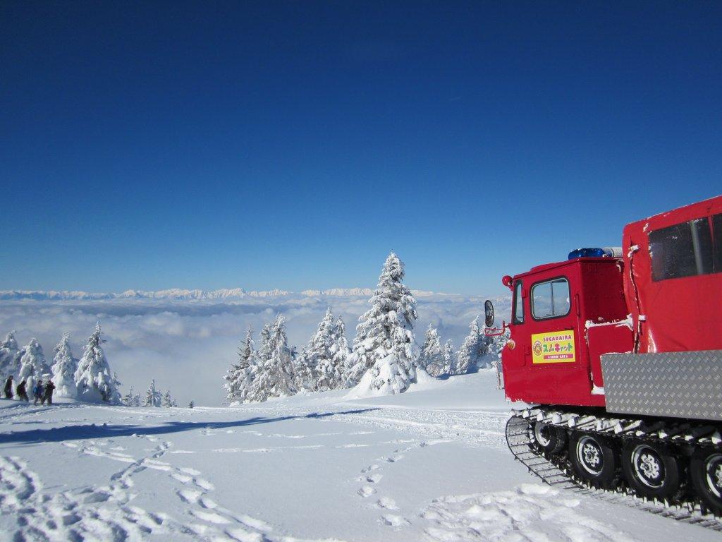 スノーキャットと雲海と雪山